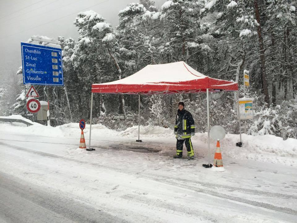 Top! Les pompiers @valdanniviers ont aidé les hôtes à mieux circuler et à monter leurs chaînes http://t.co/50ORgqPofR http://t.co/C6C9digOFx