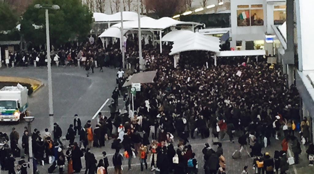 オタクはすぐ黒い服着るから、国際展示場駅前が葬式会場みたいになってる http://t.co/wmZDMn49Mr