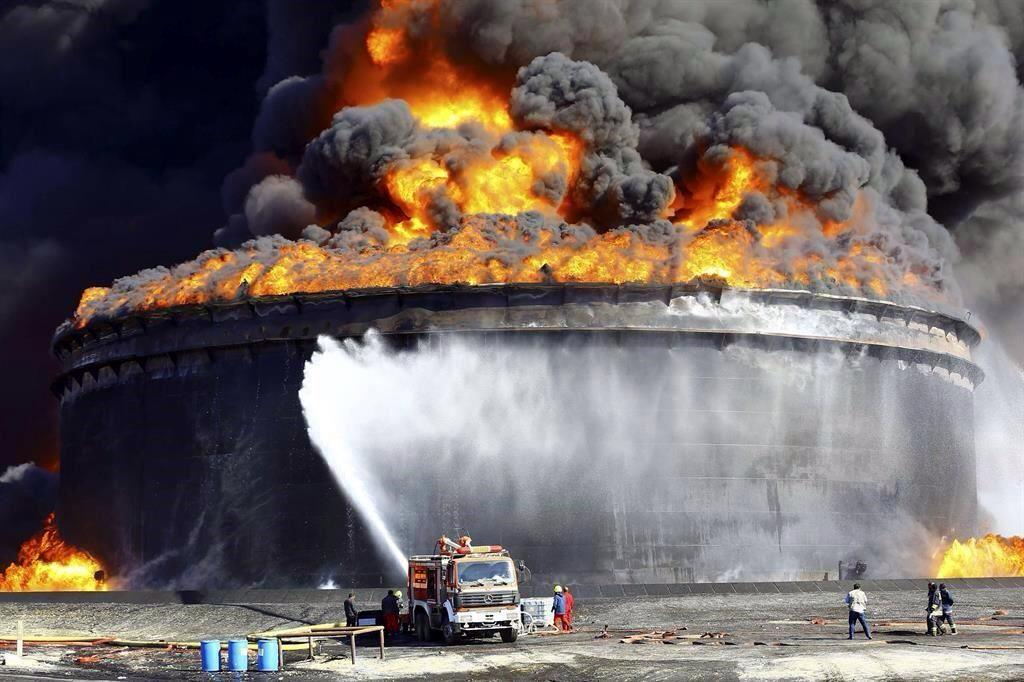 Se incendia tanque petrolero en #Libia http://t.co/1zLwwZdqRh