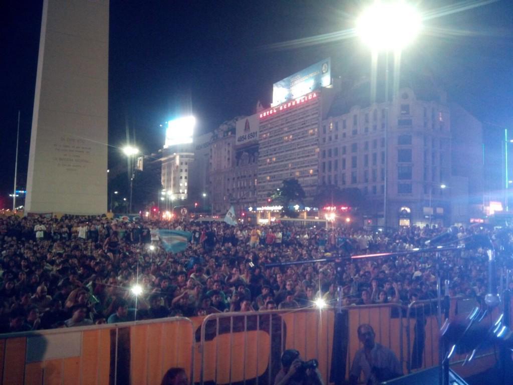 jose palazzo (@josedpalazzo): Homenaje hoy en obelisco capaz los medios no tenían turnos disponibles de cámaras pero esta gente piensa otra cosa http://t.co/yc2EjixwWP