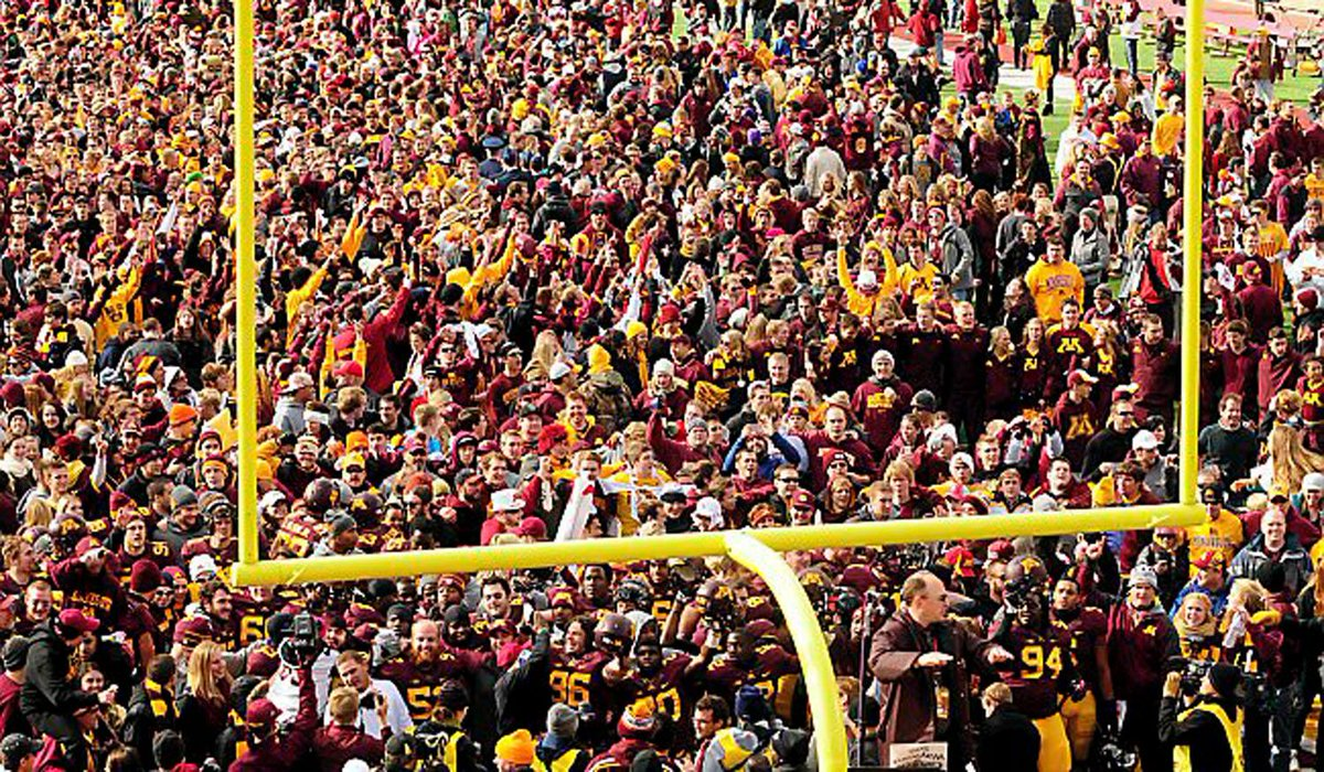 Gov. Mark Dayton wants a law passed banning 11 a.m. starts for #Gophers home football games. http://t.co/HUyAtEV9XT http://t.co/ruFDZOhgaY