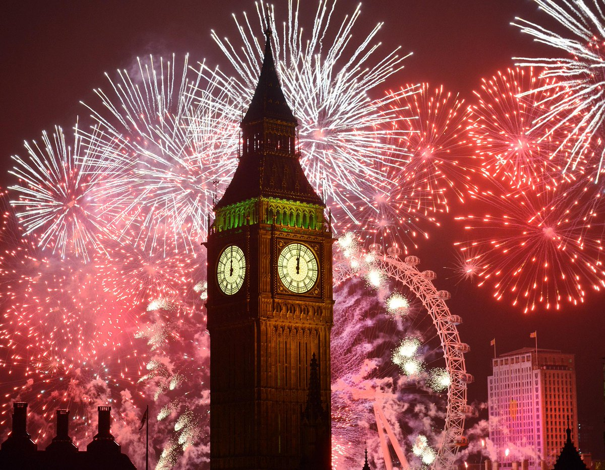 Crowds gather in London for New Year fireworks http://t.co/HlnN70qMfU http://t.co/g1AP8deZKc