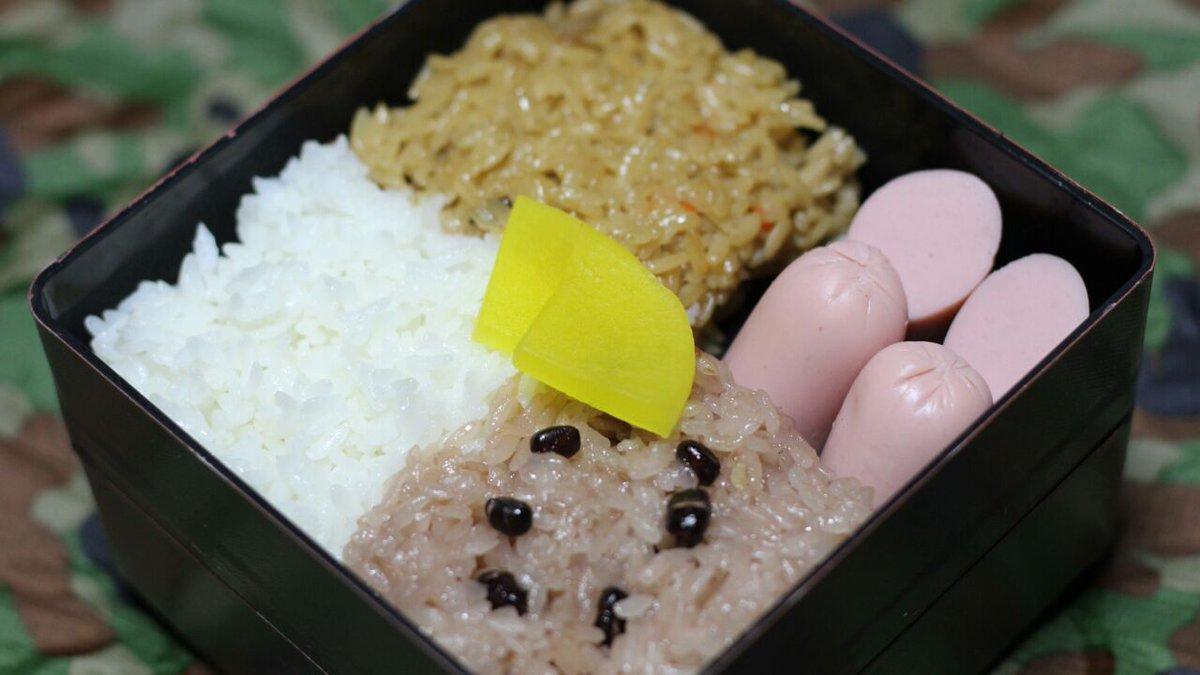 二の重(ご飯の段)  一日の演習状況を支える、定番のご飯3種盛り。シッカリとした栄養補給をあなたに…。  1.白米 2.赤飯 3.鳥ご飯 4.たくわん 5.魚肉ソーセージ http://t.co/WTOzvoEgvI
