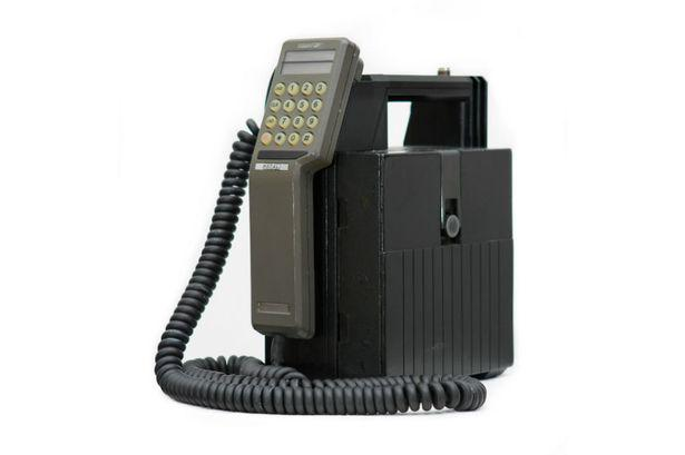 30 years since first UK mobile phone call (on @VodafoneUK). It cost £1700, weighed 4.7kg and had 30 mins battery! http://t.co/lZHYGxNkmz