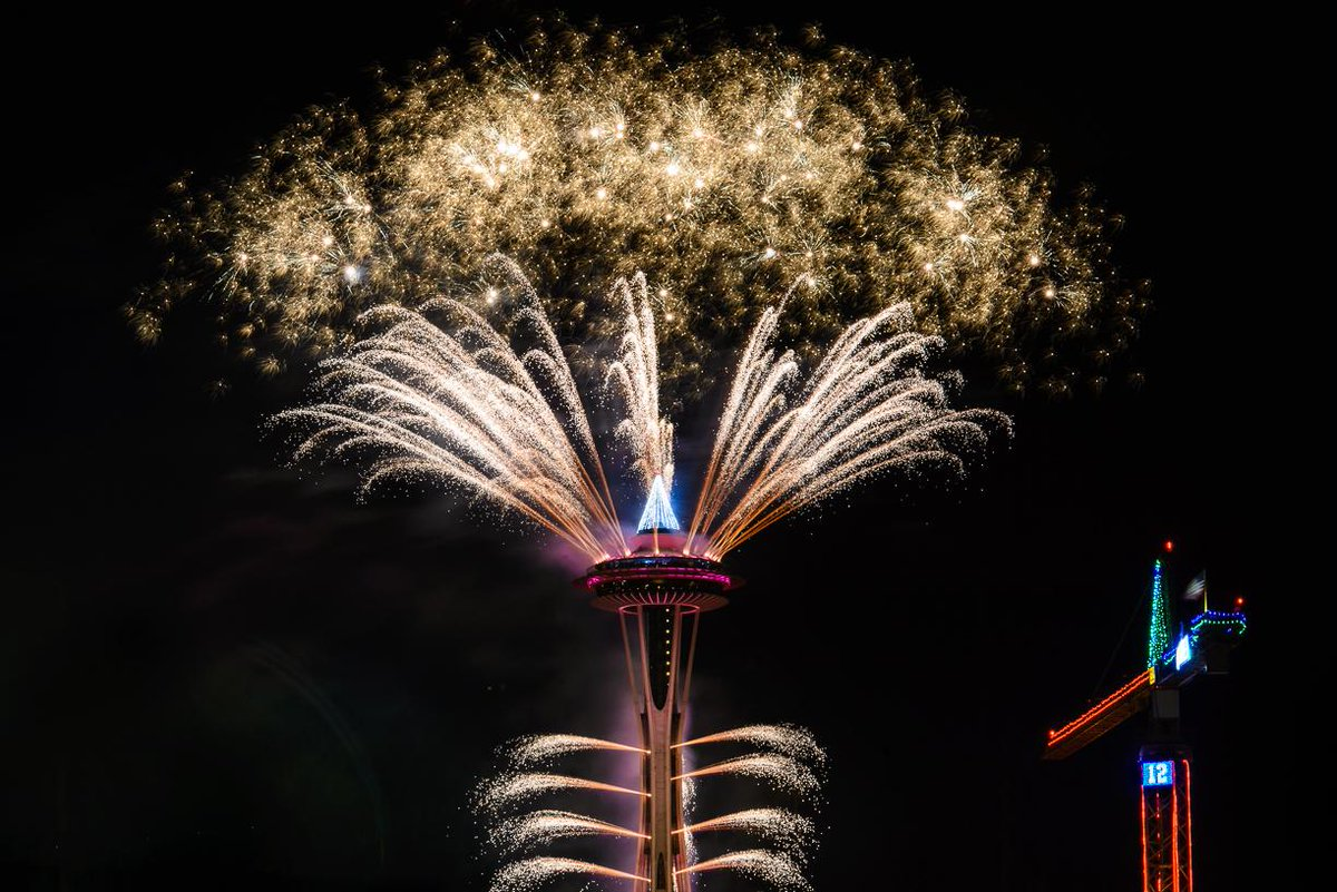 Fireworks from the @space_needle and a @Seahawks 12 flag bring in the Happy New Year! #GOHAWKS http://t.co/1QywBIr4Of
