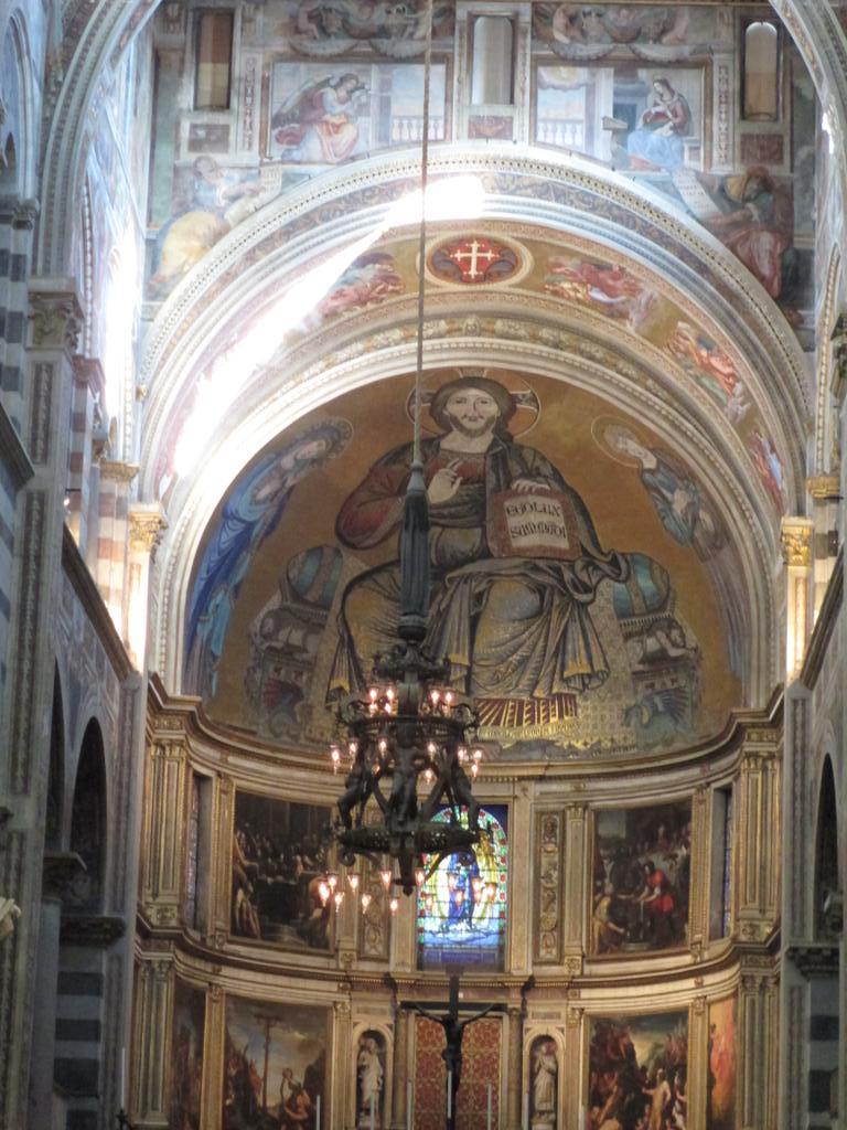 ピサ大聖堂のシャンデリア。このシャンデリアを見て、ガリレオが振り子の等時性を発見(一説)。 http://t.co/QWaNahCxeO
