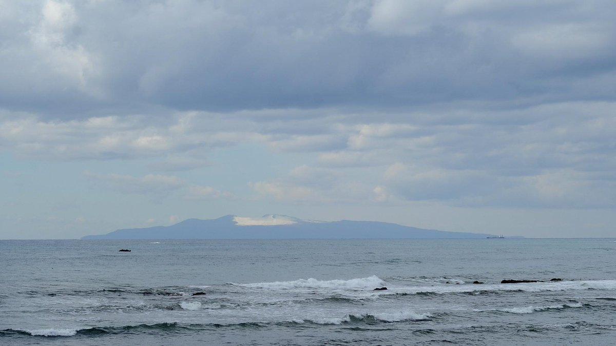 南房総市白浜町の長尾川河口付近にて(1)伊豆大島には雪がつもっていました。 ノスリが迎えてくれました。コシアカツバメでしょうか。ミユビシギは8羽の群れでした。 http://t.co/w9kdhNhIl9