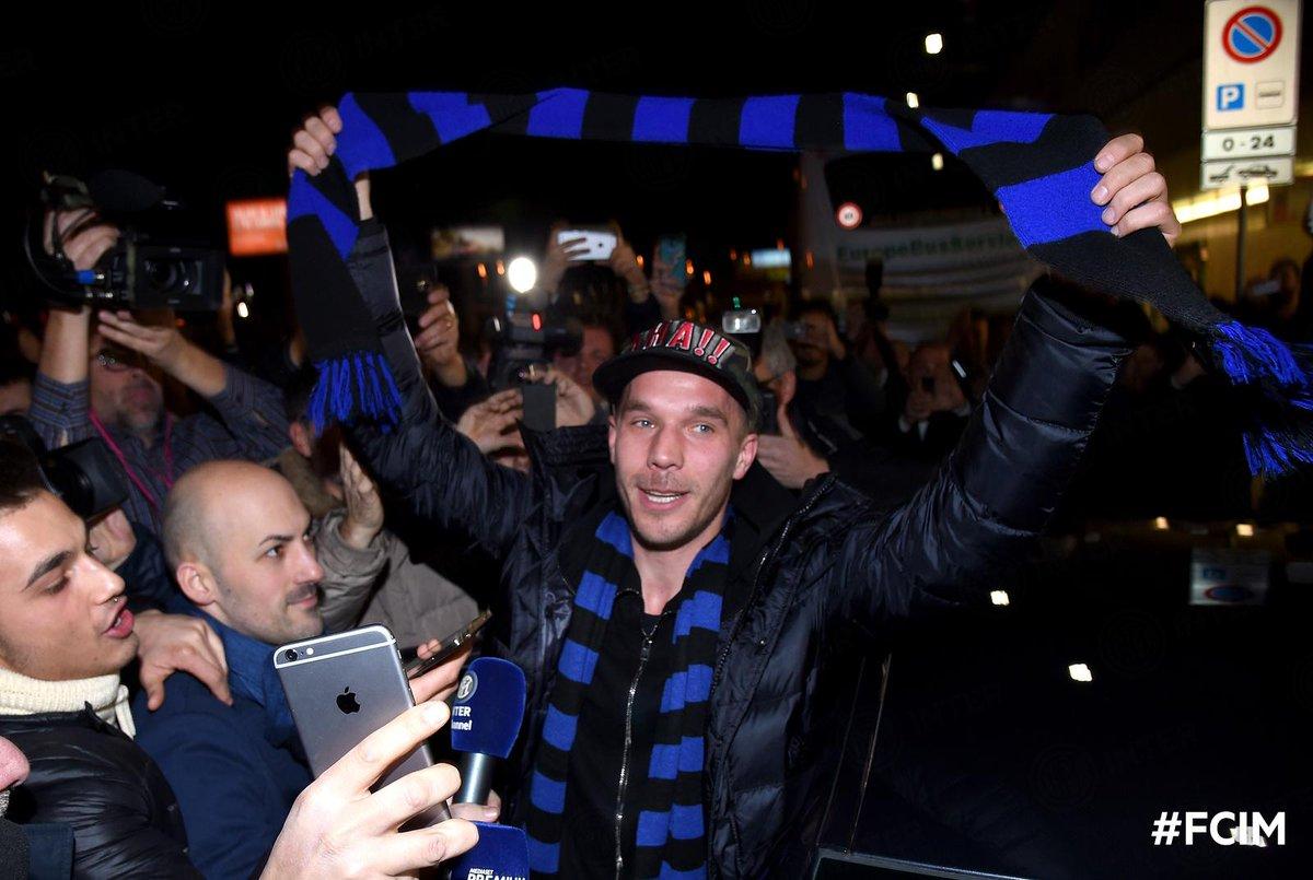 Ore 22.05: ecco @Podolski10, atterrato da poco a Milano #FCIM http://t.co/FX7I3JFvIS