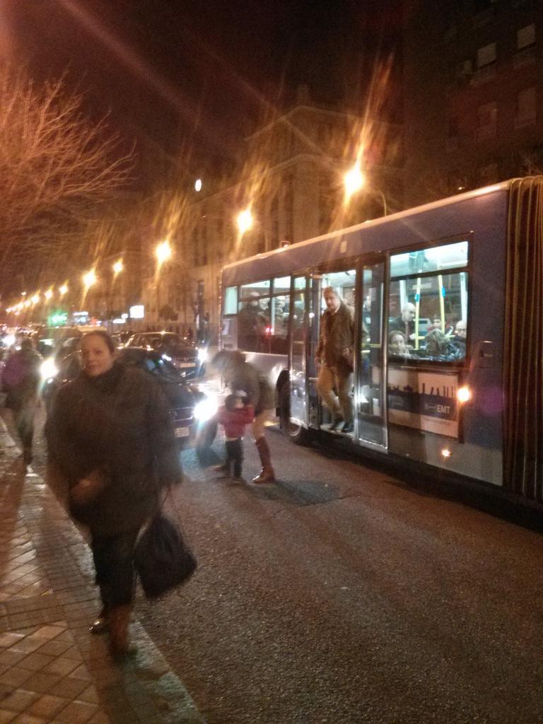 Quizá para el coche es sólo un minuto, pero para mí parar en un carril bus me parece una falta de respeto al usuario. http://t.co/lkbKW8nTTg