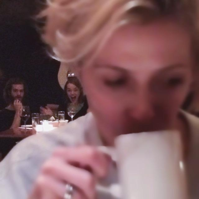 Эмму Стоун попытались незаметно сфотографировать в одном из нью-йоркских ресторанов. Незаметно не получилось ;) http://t.co/QdO2xEJuLr