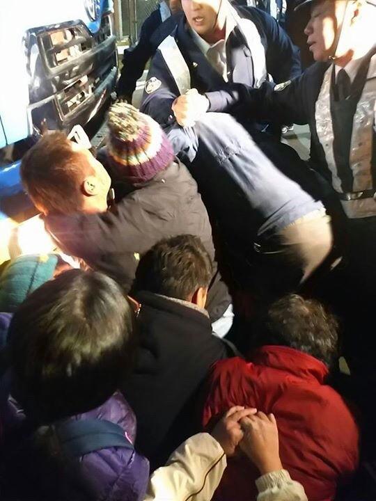 """土曜夜11時に資材搬入って、どんだけ姑息なんだ。 RT @nobaseokinawa:資材搬入のダンプをなんとか身ひとつで止めようとする人たちを機動隊がひっぺがしにかかってる!危なすぎる!殺す気か!@tchiezinha:辺野古の今!http://t.co/dSwrSUaxUe"""""""