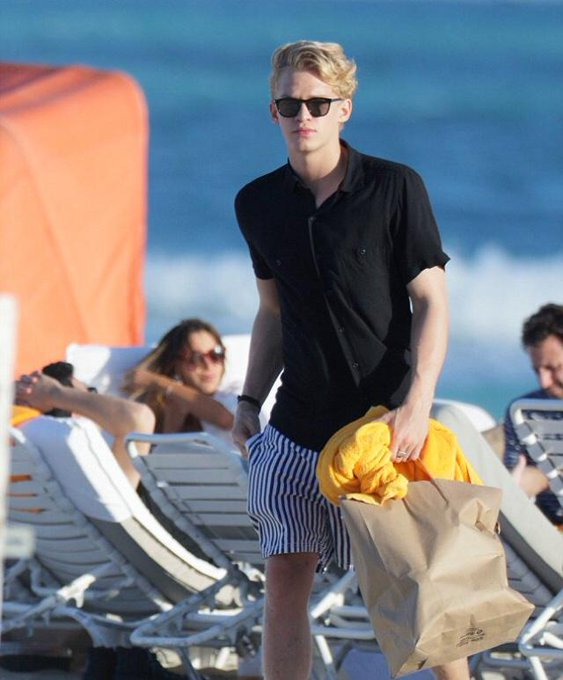HAPPY BIRTHDAY Congratulations on 18 years old !! I wish that it be happy one year for him !! # Cody Simpson