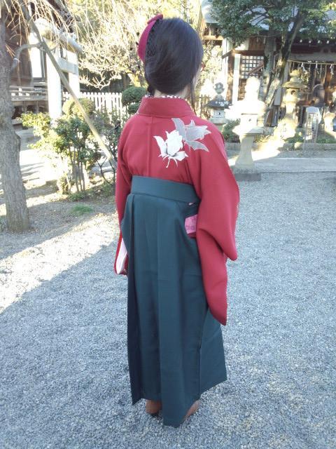 下の娘。私のアンティークの薔薇のお召しに緑の袴、半衿は市松。ヘッドドレス。レースアップのブーツ。 #着物 #yurukimo #着物で初詣  #着物でお正月 http://t.co/KuanKrMKLu