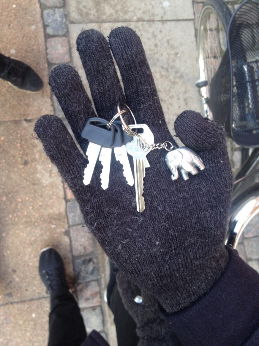 Nøgler fundet på cykelsti ved Åboulevarden 36 i København. RT gerne http://t.co/mdWdwJwiBy