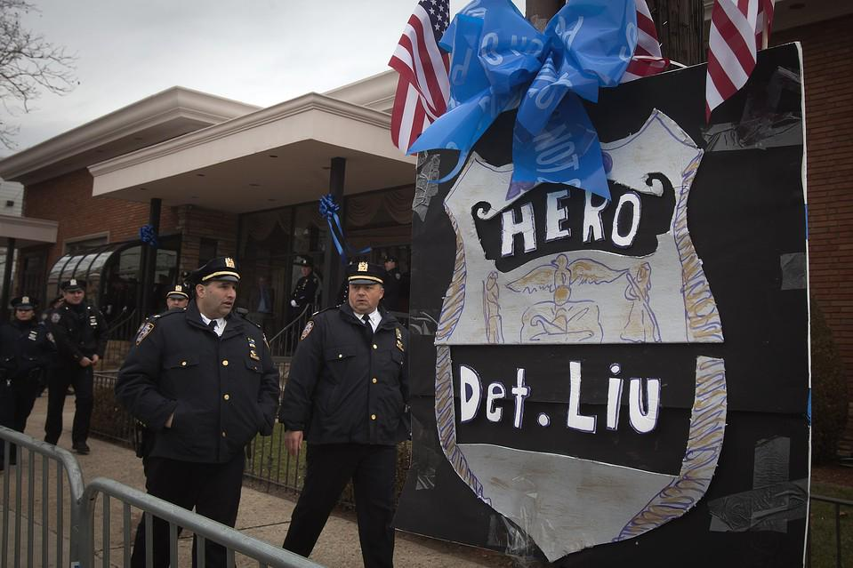 """We'll just line the street"" Mourners down the block at wake for slain NYPD officer http://t.co/OMpyynv8Q6 via @WSJ http://t.co/lJgVbfQrvc"