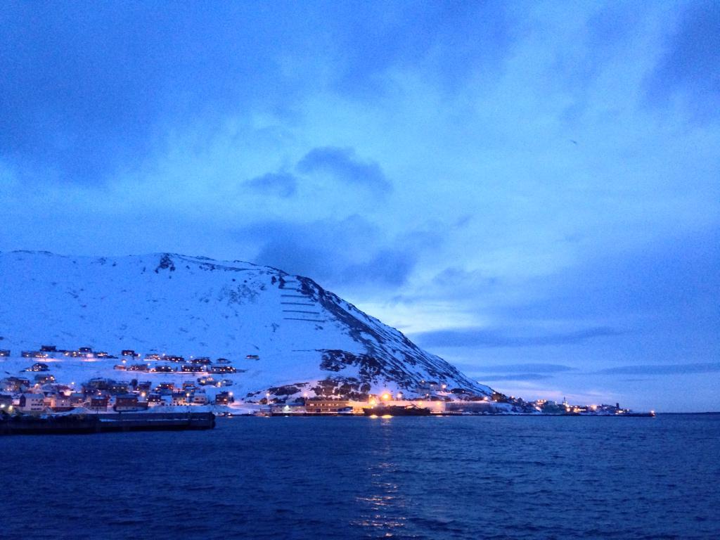 これはね、北ノルウェーの12時です。 http://t.co/4tnG19lno7