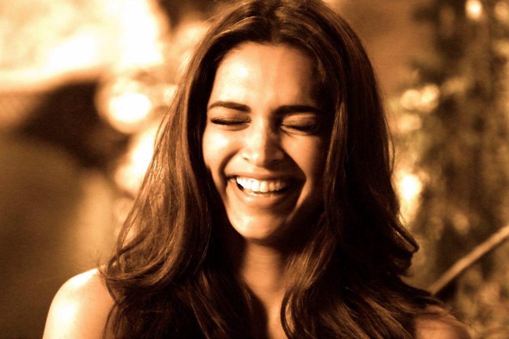 Whenever she laughs, it's like an endless moment of happiness for her crazens ❤️ Happy Birthday Deepika Padukone http://t.co/9GFCpagpse