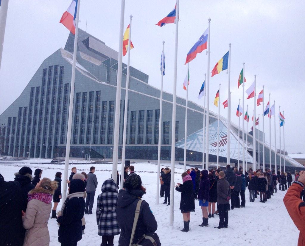 Pie Latvijas Nacionālās bibliotēkas svinīgi pacelti Latvijas, Eiropas Savienības un visu dalībvalstu karogi! http://t.co/AoNvi4RPNE