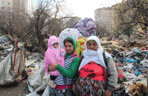 ataşehir:kağıt toplayıcısı 100e yakın Roman ailenin barakası yıkıldı,battaniyelerle sokaktalar http://t.co/sdfd7UUF2q http://t.co/JlibNsVAKd