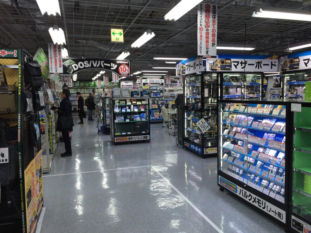 ヨドバシ横浜のエロゲ売り場のステルス性が高すぎて戦慄してる。PC周辺機器売り場の奥のカバン売り場の奥のDOS/Vパーツ売り場の奥。入口前5mまで寄っても全く見えない。 http://t.co/iENgStL25u