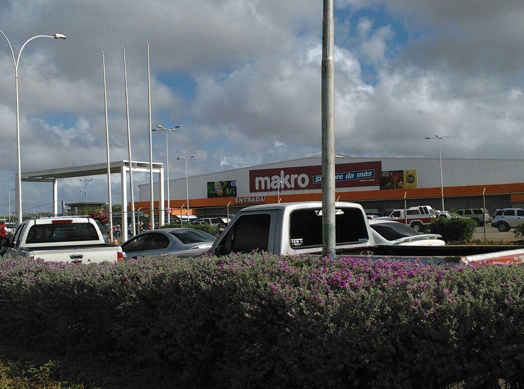 Diario NotiFalcon (@NOTIFALCON): Colas para ingresar a Makro llegan hasta la curva del Taparo. #PuntoFijo http://t.co/jgDt1tCmmN