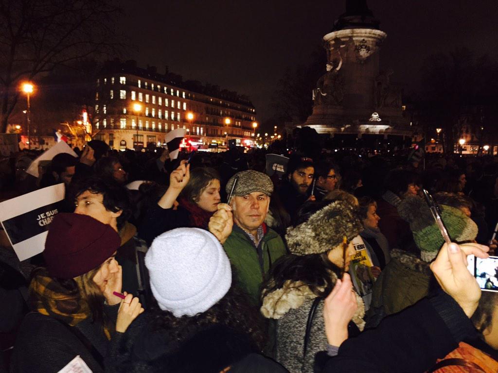 París. Place de la République. La gente, en un silencio que duele, levanta bolígrafos y lápices. Carne de gallina. http://t.co/oQKL4u64iI
