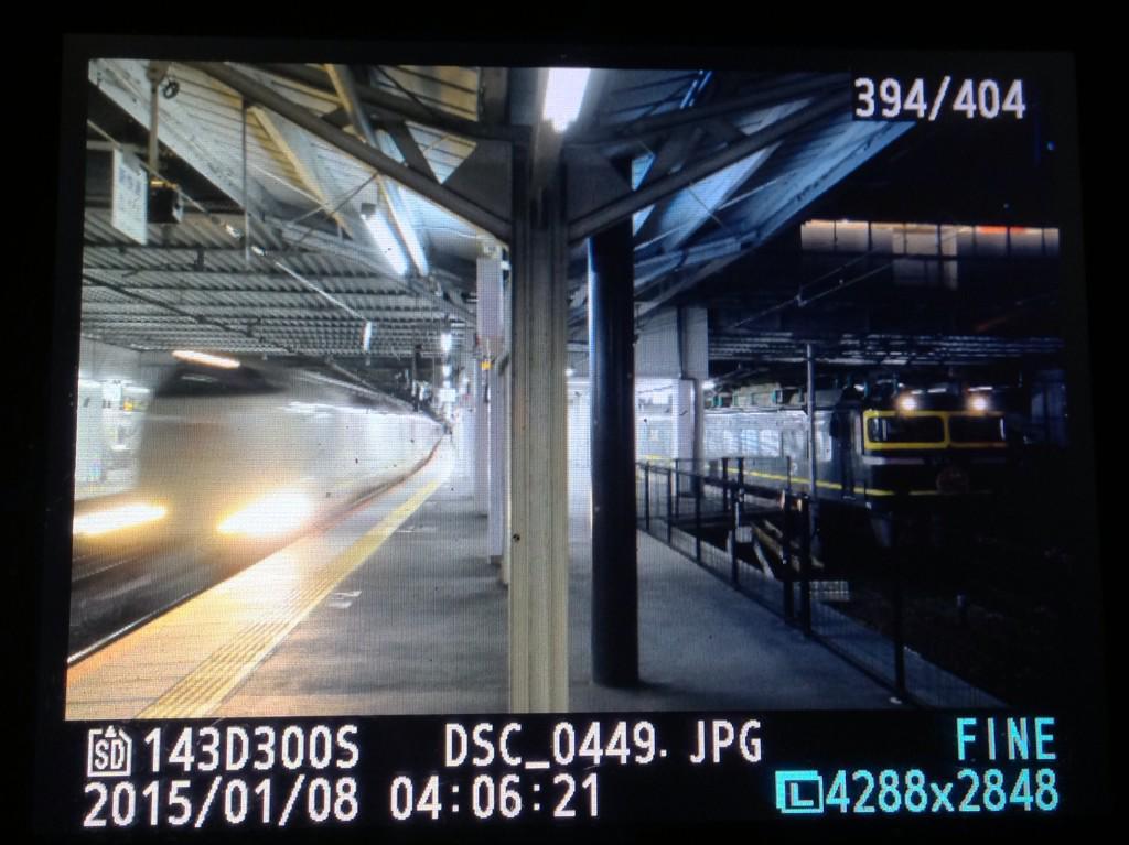 1/6札幌発の大阪行きトワイライトエクスプレス、サンライズ瀬戸・出雲を退避して14時間50分遅れて京都駅を発車! http://t.co/wZ52a83zDZ