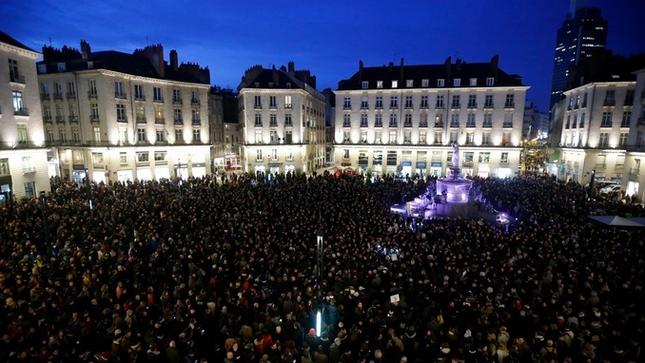 Parigi, Berlino, Londra, Bruxelles, Roma, Stoccolma... L'Europa in piazza per #charliehebdo http://t.co/g5B3SG6ikF http://t.co/CdLWpmgKAj