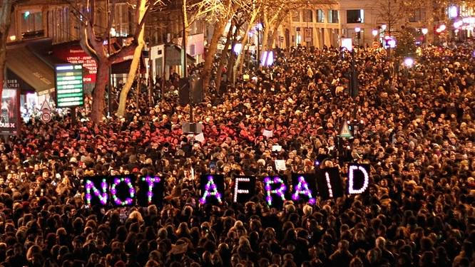 A desperate day, then you see a photo like this and remember that people are still bloody amazing #NousSommesCharlie http://t.co/uXACQqL1Du