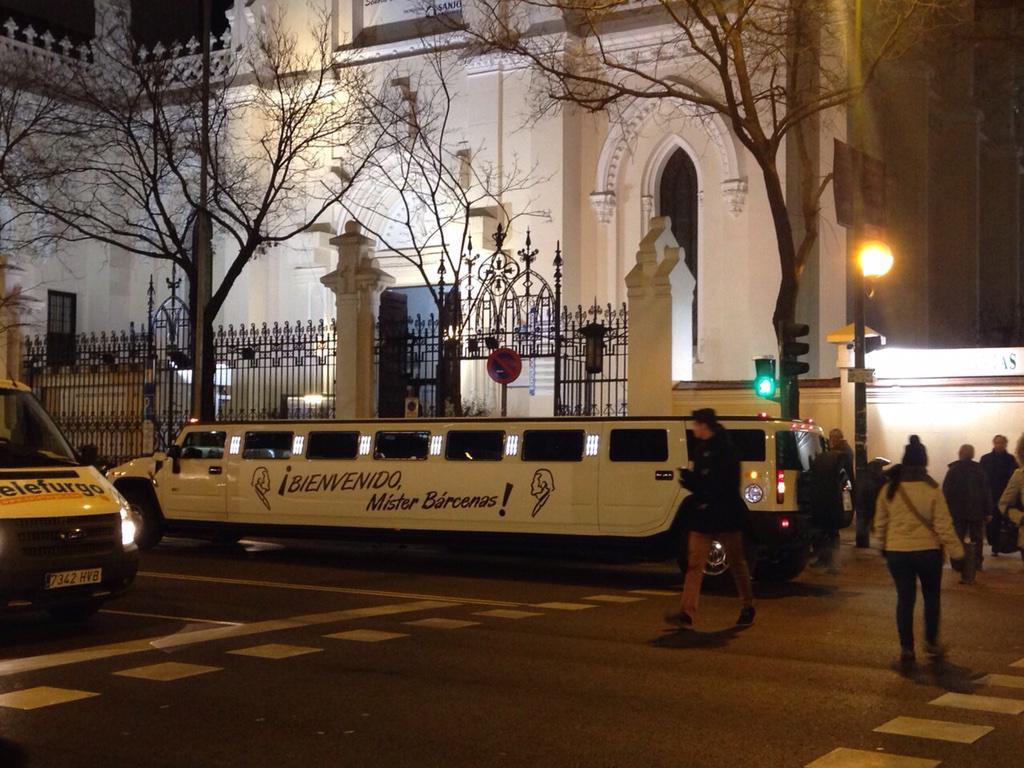 Ahora mismo por Madrid circula este Hummer limusina con el cartel 'Bienvenido Mister Bárcenas' http://t.co/97uTghTgva
