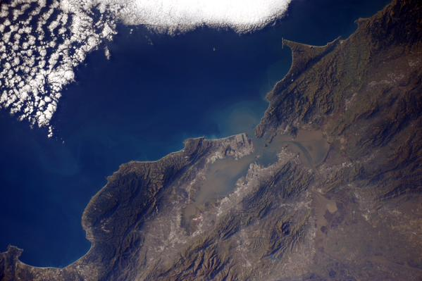 Astronaut tweets photo of the Bay Area from the International Space Station http://t.co/RU5SjssYA8 @DonovanFarnham http://t.co/9WNkAfUr3H