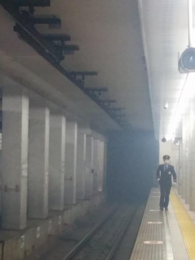日比谷線の恵比寿と広尾間で発煙だそうです。恵比寿駅ホームにいるけど煙がすごい http://t.co/FoKedRPmJz