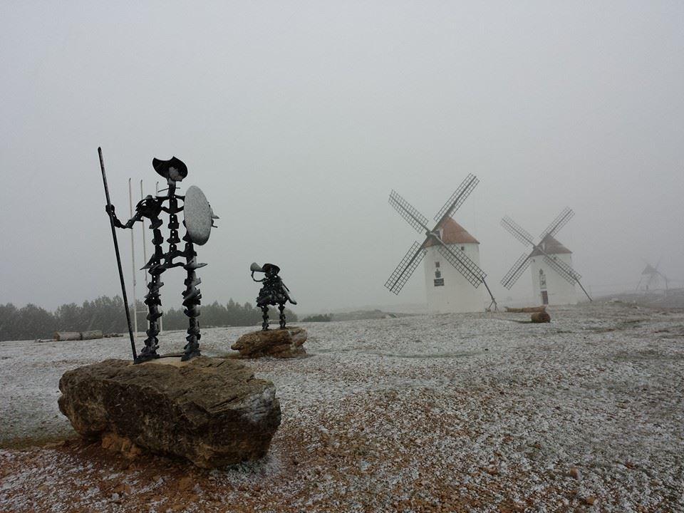 #molinos #quijote y #nieve preciosa estampa que nos llega desde @TURISMOMOTA http://t.co/N4CWDrW9Kp