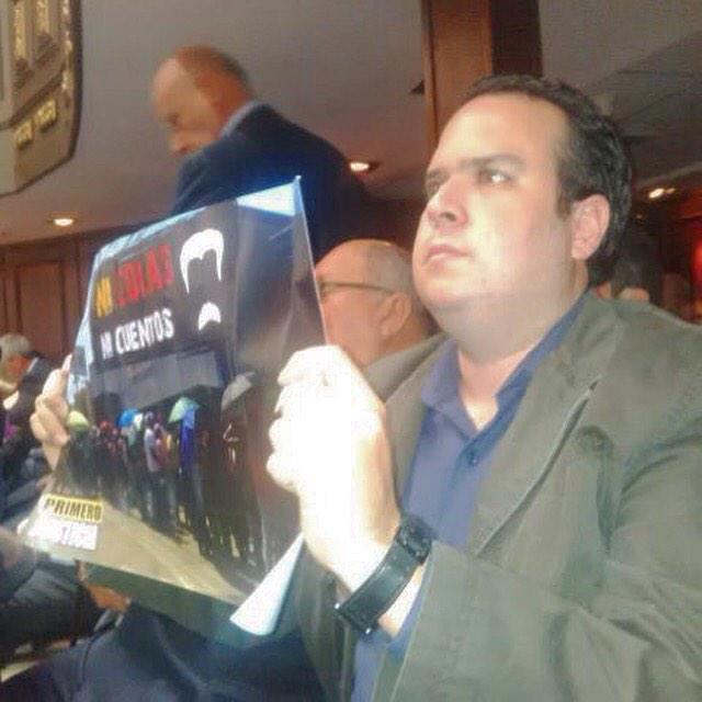 Le mostramos a Maduro lo que no quiere ver, la foto de las colas, mientras le habla paja al país! #NicolasNicuentos http://t.co/ChCyrkBf9h