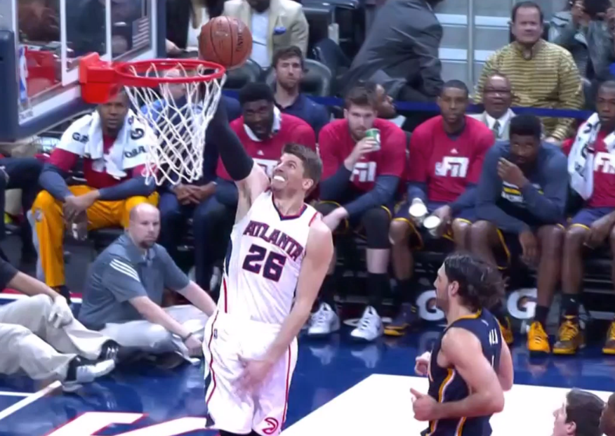 Kyle Korver dunked. He looked like the happiest guy ever. http://t.co/ZD6m3ZtzcD