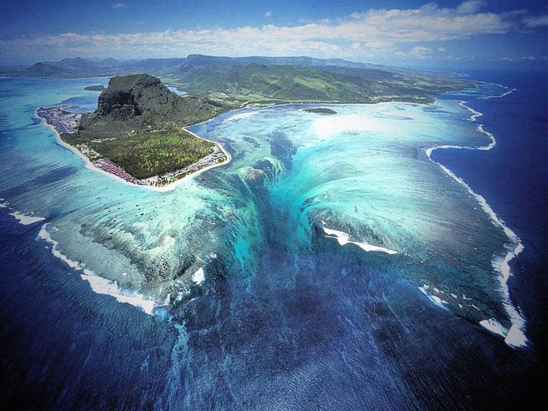 <Cool!> RT @trevoltadotcom: The 'Underwater Waterfall' Illusion at Mauritius Island. #BeachThursday http://t.co/YKe7fIIL5E