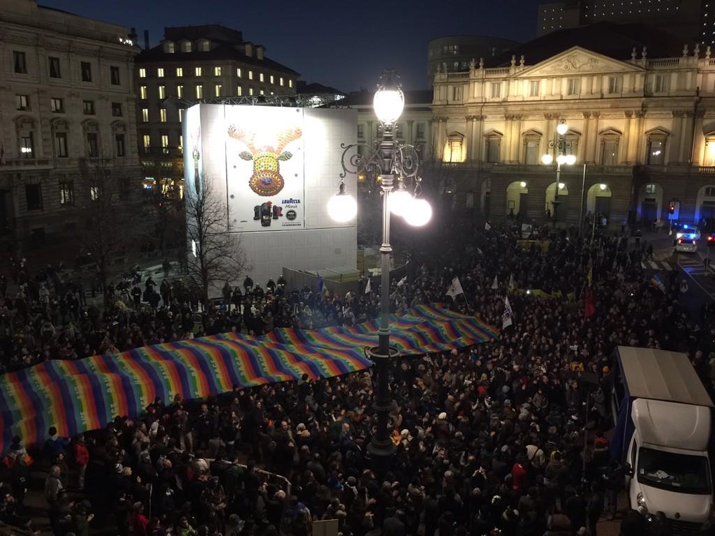 In migliaia. #Milano guarda avanti, non indietro #StiamoInsieme #bellamilano #JeSuisCharlie @cecilia_strada @AdalucDe http://t.co/8qoOV5oMod