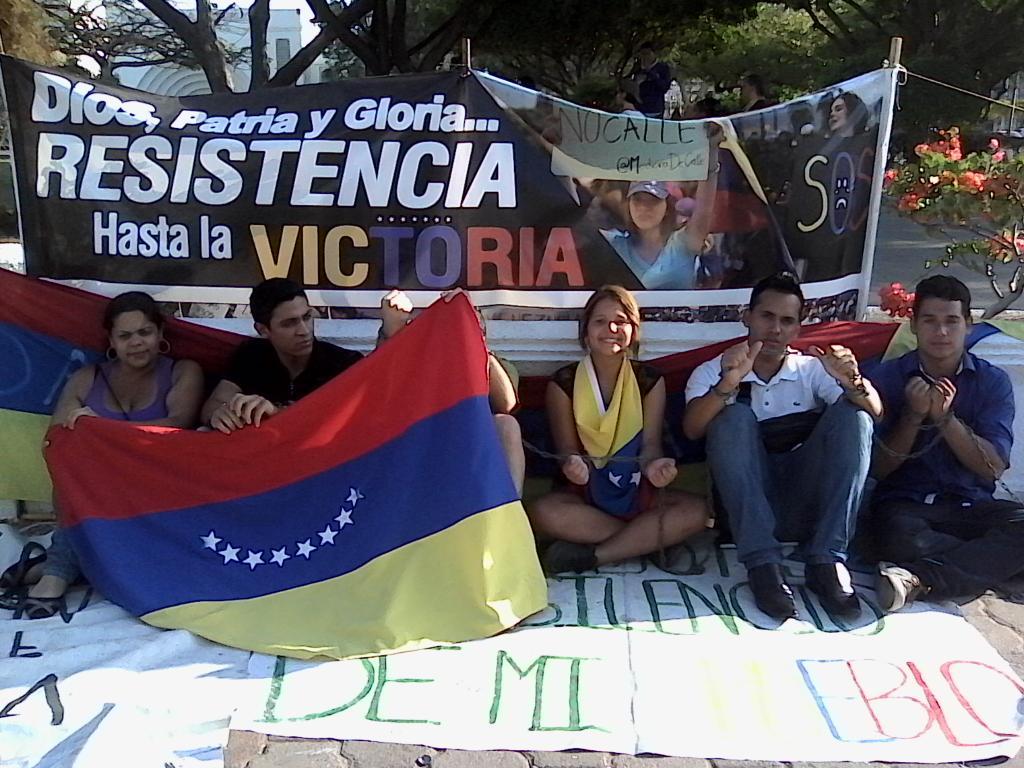 """""""@shazan00 """"@EstefanoJST #10E #CiudadOjeda y #Maracaibo no se arrodillan ¡El Zulia se une en la Calle! http://t.co/8fyTTGa8ea"""""""""""