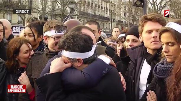 DIRECT #MarcheRépublicaine : l'accolade émue de Francois Hollande à Patrick Pelloux >> http://t.co/27LxNE9nUf http://t.co/oLsCnLih4Q
