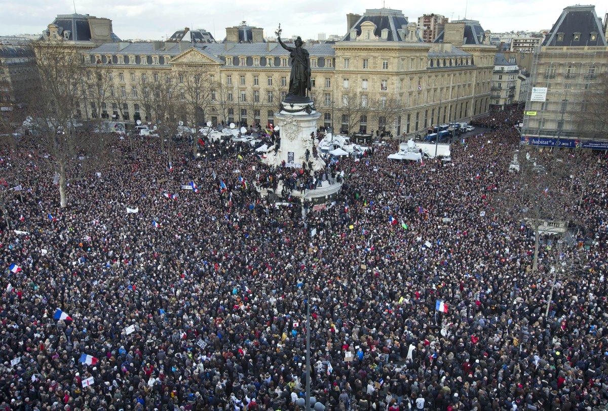 """レピュブリック広場がまるでフランス革命のよう!@businessinsider: 'Today Paris is the capital of the world' http://t.co/bC7UT3lm6h http://t.co/MRTUz0SCyY"""""""