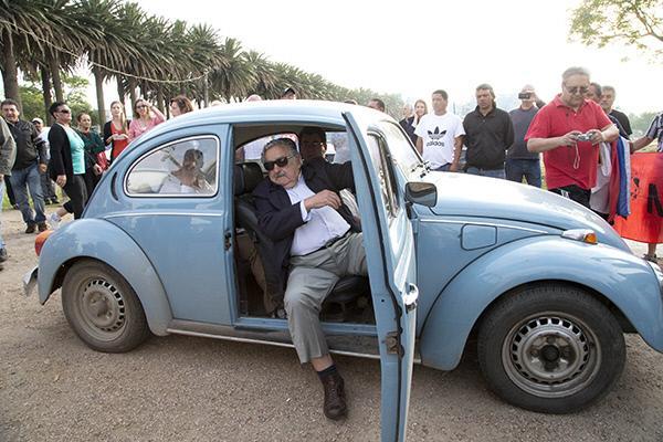 """박원순아 좀 배워~""""@kyunghyang: '세상에서 가장 가난한' 대통령이 5년간 월급을 아껴서 6억원을 기부해온 사실이 밝혀졌습니다. 우루과이의 호세 무히카 대통령입니다. (사진: 27년 된 그의 관용차) http://t.co/yPS550TBOp"""""""