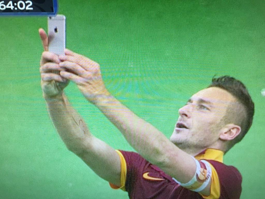 Nieuwe fase in het voetbal: #FrancesoTotti die na z'n 2e goal meteen een selfie maakt.. #ASRLaz @FOXSportsnl http://t.co/CGVpBBODQU