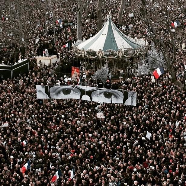 Le regard de Charb place de la République #jesuischarlie #MarcheRepublicaine par @instantmatch http://t.co/IQSMR7QdiB