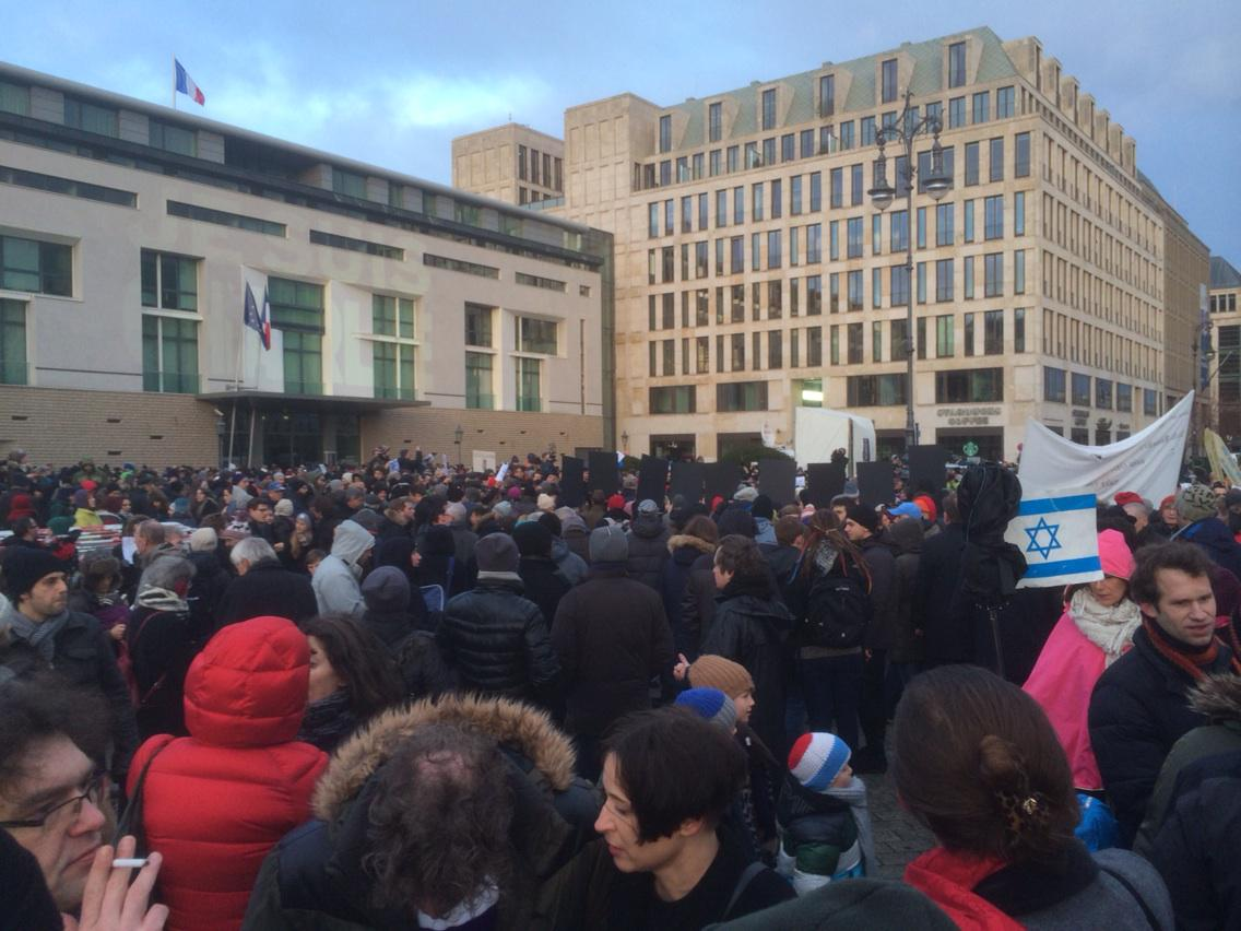 Berlin police says as many as 18,000 took part in today's #jesuischarlie vigil at French Embassy http://t.co/0lbUePxHY2