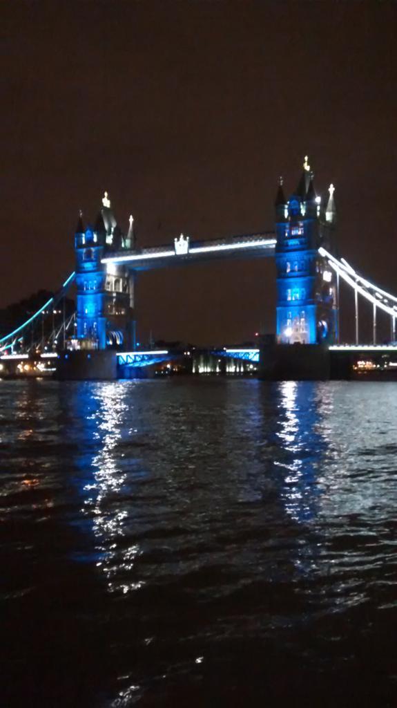 Tower Bridge: La solidarité de Londres avec Paris #JeSuisCharlie http://t.co/AMmd9MgcIM