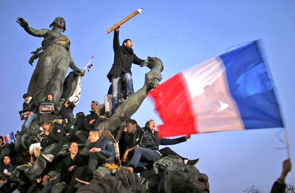The pen is mightier than the sword! Powerful picture taken from today's momentous #ParisMarch via @BuzzFeedNews http://t.co/A9jN2Ooosc