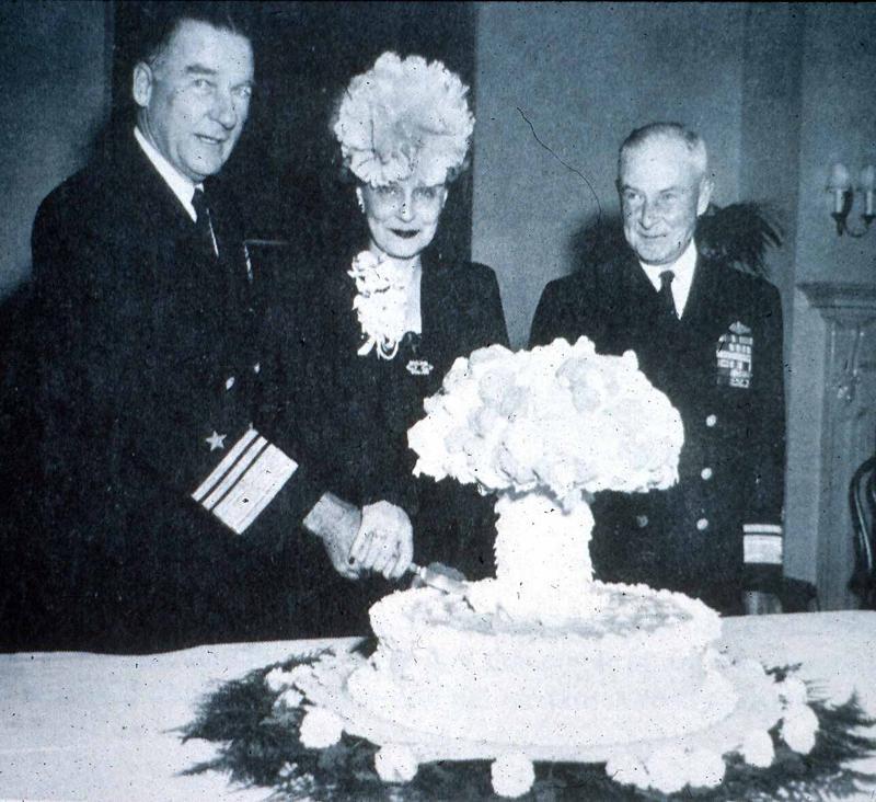 あと、これもこちらの本で紹介されてたんだが、この1946年にビキニ環礁での核実験が成功した時の祝賀ケーキはヤバい。狂気を感じる。 http://t.co/PRH48n2iMl http://t.co/1E6EYu8iQU