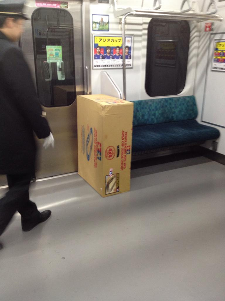 皆さまご注意くださいね。RT @meikohaigou: 終点品川での忘れ物。 見回りの駅員さんがリアルに「えええぇぇぇぇ!」って声をあげてたw http://t.co/7XcCfSbsHi