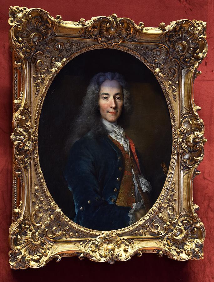 #Jourdefermeture on accroche le portrait de Voltaire dans le Château, en hommage aux victimes des attentats http://t.co/vMk01Hm2vW