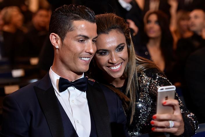Marta aproveita Festa de Gala para tirar selfie com Cristiano Ronaldo #trboladeouro http://t.co/8HW6BcNtAi